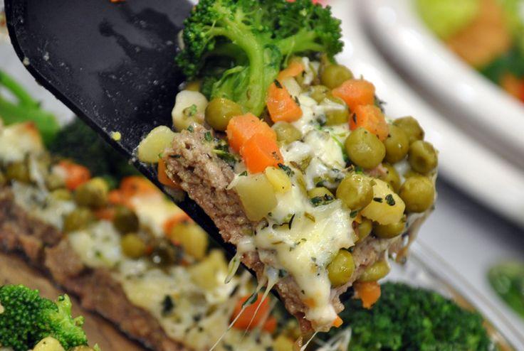 Oktay Usta-SEBZELİ KÖFTE-Malzeme Listesi:  350 Gr. Kıyma 1 Soğan 1 Yumurta 1 Çay B. Süt 1 Çay K. Karbonat Tuz Karabiber Kekik  Garnitürü İçin:  1 Çay B. Bezelye 1 Patates 1 Havuç 100 Gr. Kaşar Peyniri 1 Kök Brokoli Sıvıyağ Tuz Karabiber
