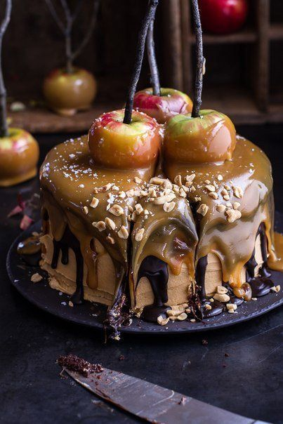 CAKE «SNICKERS» WITH CARAMEL APPLES