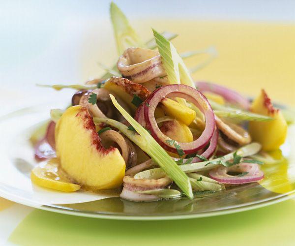 Découvrez cette recette facile de salade croquante de pêches jaunes au fenouil et calmar. Une entrée légère qui vous mettra en appétit.