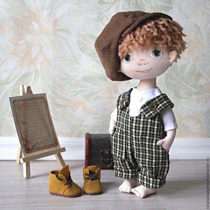 Купить или заказать Интерьерная кукла мальчик с зелеными глазами в зеленом комбинезоне в интернет-магазине на Ярмарке Мастеров. Родился у меня вот такой замечательный мальчик :) Зеленоглазый вихрастый паренек :) Интерьерная кукла в зеленом клетчатом комбинезоне. Рост 27 см без кепки. Одежда вся съемная, включая ботиночки из иск. замши, над которыми мне пришлось помучиться, но получились хорошие. Кепка а-ля гаврош на подкладке, как и положено. Волосы из шерстяной нити для вязания, каждая…