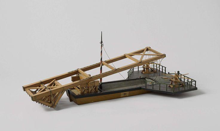 Anonymous | Model van een ijsbreker, Anonymous, c. 1750 - c. 1800 | Gepolychromeerd blokmodel van een ijsbreker. Het is een lange praam met twee vleugelvormige uitbouwen achter, waarop kaapstanders zijn geplaatst, en met een groot raamwerk balancerend op een as in een stoel op het voordek. Het voorste gedeelte van het raamwerk, dat voor het voorschip uitkomt, is voorzien van een zwaar raamwerk als een omgekeerd dak, met op de nokbalken een groot aantal bijlkoppen geplaatst. Het achtereind…