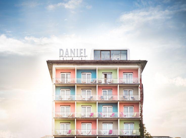 """Für alle unsere """"Städte-TRIPler""""... Kreativ, künstlerisch, zentral - mit beeindruckender Coolness und angeblich dem besten Frühstück in ganz Graz. Die Rede ist vom Hotel Daniel! Empfehlenswert auch der Loft-Cube am Dach mit 360-Grad-Panorama, Raindance-Dusche & Heimkino. Das freut auch den Hund, denn er ist hier Herzlich Willkommen!   #urlaubmithund   #FerienmitHund   #Graz   #Steiermark   Tierischer Urlaub in der Kreativszene mitten in Graz, Steiermark (c) Hotel Daniel"""