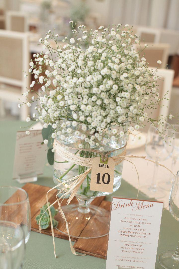 【ゲスト卓】木の台座に摘みたての野花のような花束や多肉植物を飾って。木の皮や天然素材の紐をリボンのように巻き付け、可愛らしくアレンジしてみては♪
