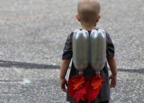 Seu pequeno ficará encantado se você fizer foguetes de garrafa pet para ele. E estes foguetes são tã