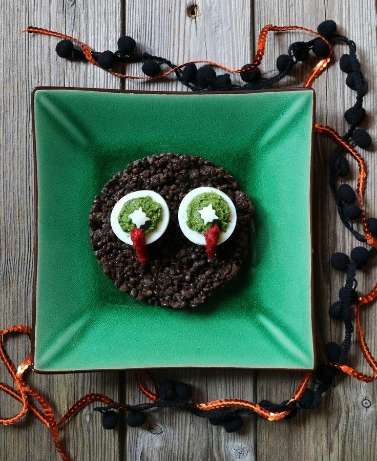 Altra piccola idea veloce da realizzare come secondo piatto vegetariano: il mostro con gli occhi sanguinanti, ovvero lenticchie nere con uova sode ripiene di salsa verde e salsa di pomodoro.