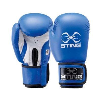 Sting's AIBA-godkända boxninghandskar är en av de första att bli godkända även i 12 oz enligt nya amatör boxningsreglerna. Denna handske är tillverkad i fint cow-hide läder samt efter AIBA´s internationella krav. Extra skön comfort och testad att klara av 10.000 slag med behållen comfort. Denna handske är den nya OS-handsken som kommer användas i Rio 2016.