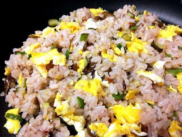 納豆チャーハンにしたかったけれど納豆が無かったので、胡瓜とナスの糠漬けにピーマン、タマネギ、竹輪、卵を入れてチャーハン。味付けはホタテ、チキンの中華ダシを少々。雑穀米で。 - 43件のもぐもぐ - 漬かりすぎてしょっぱくなった糠漬けでチャーハン / Chinese-style fried rice including chopped vegetables pickled in a fermented medium of rice bran and brine by 鰻大好き❤