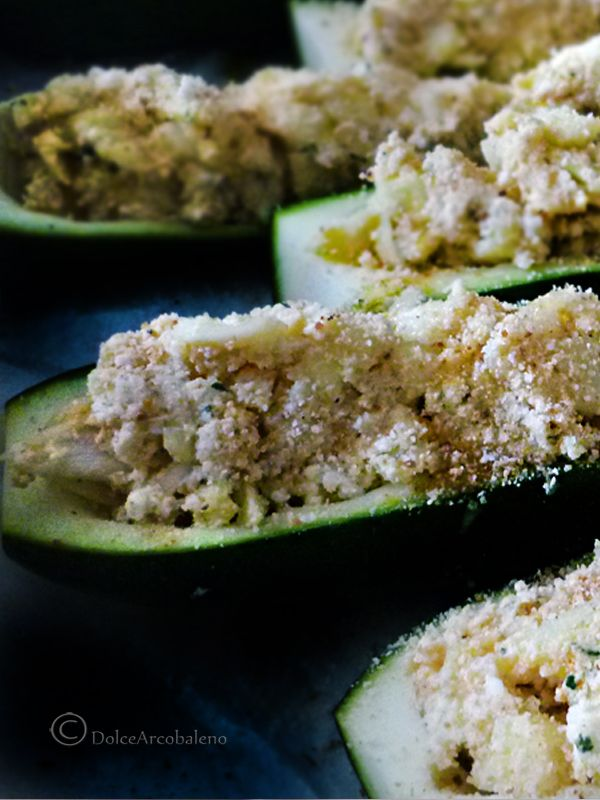 Le Zucchine ripiene al forno vegetariane, gustose ma leggere quanto basta, sono un antipasto o un secondo pronto in meno di un'ora. Stuffed Zucchini with vegetarian baked, tasty but light enough, they are a starter or a second ready in under an hour.