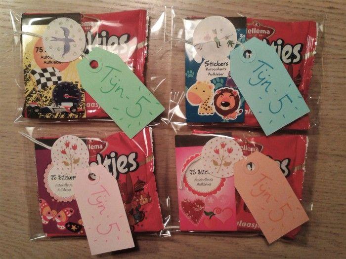 Leuke traktatie! Benodigdheden: -Foliezakjes -Gekleurde labels -Viltstiften -Smoeltjes (koekjes) -Sticker om label mee vast te plakken -Stickerboekje (Action)
