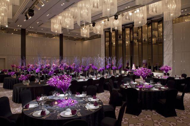 東京マリオットホテル|結婚式場写真「天井高7mのマリオット最大級の御殿山ボールルーム。大人ウエディングをイメージした、シック&ドラマティックなコーディネート。」 【みんなのウェディング】