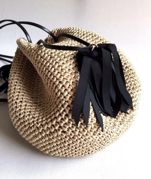 ボリューム感のあるタッセルと、巾着型のバッグはシンプルながらも存在感抜群★とても軽くてサラサラの手触りのタッセル巾着バッグ『Coron』。木材パルプを原料とする再生繊維で編み上げました。全体のころんとした丸みと、上部のキュッと絞られたアクセントが独特の可愛らしさを醸しだします。女性らしい雰囲気を演出★カジュアルにも、キレイめにも、どんなスタイルにも、幅広いスタイルに活躍します。アクセサリー感覚で持ちたい、キュートなバッグで出かけましょう。-------------------タイプ:『Coron』 ブラックサイズ:丸底直径  約20cm    高さ…