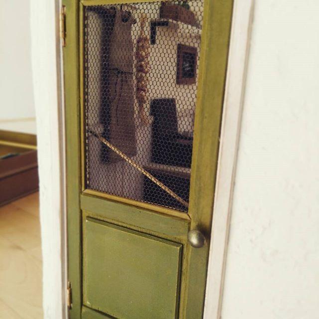 15〜6年前に作ったドールハウス、扉はボンドで固定していたのですが、蝶番で開閉できるようにリメイクしました。 湧き出る覗き感でムフフ❤ #ドールハウス #dollhouse #ミニチュア #miniture #ミニチュアドア #リトルデイジー #littledaisy