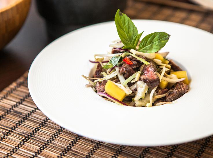 Asijský salát s hovězím masem, mangem a klíčky