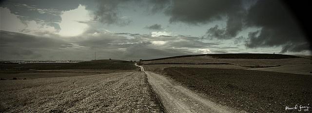 He salido de ruta por los campos de Lebrija.    Tiene sitios muy entretenidos para ir con la moto y por supuesto, buenas escenas, que con días de nubes dan un ambiente muy dramático a las escenas.  TrackBack url para esta entrada: photoblog.manuelgarcia