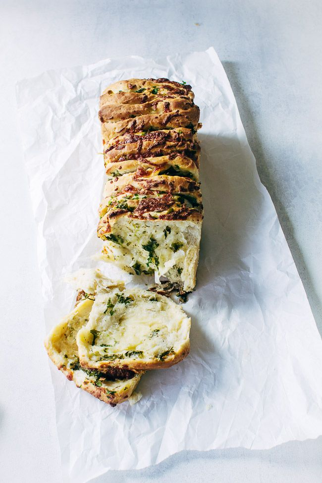 Opskrift på nemt brød med krydderurter, hvidløgssmør og revet ost. Lækkert madbrød til grill mad, middagsgæster og picnic. Brød opskrifter >>