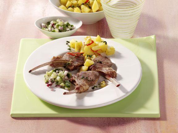 Lammstielkoteletts mit Chili-Kartoffeln und Gurken-Relish ist ein Rezept mit frischen Zutaten aus der Kategorie Lamm. Probieren Sie dieses und weitere Rezepte von EAT SMARTER!