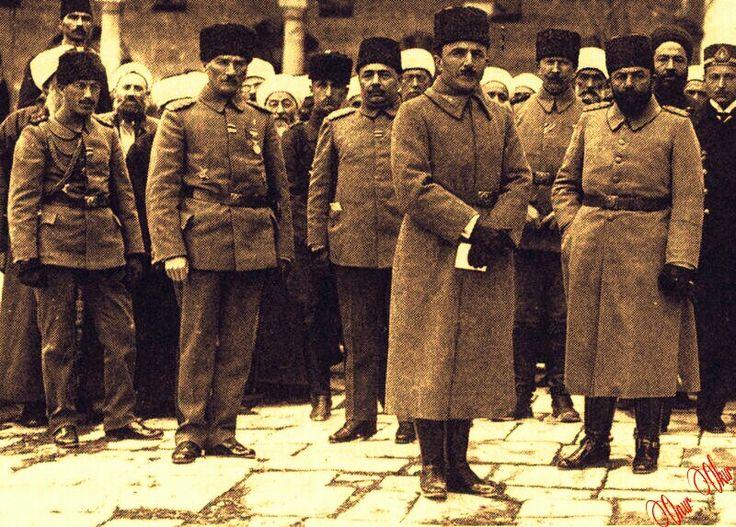 Mustafa Kemal Paşa, yanında yaveri Cevat Abbas; Enver Paşa ve Bahriye Nazırı Cemal Paşa...(1917 Çanakkale)