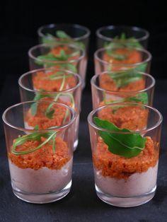 Recette Verrine mousse de jambon et tomates confites (pour 8 personnes) : Pour la mousse de jambon : - 100 g de jambon blanc - 1 carré frais - 10 cl de crème liquide - 1 cuillère à café d'ail semoule - du paprika et du poivre Pour le pesto de tomates: - 1 pot de tomates séchées à l'huile - 1 cuillère à café d'ail semoule - 1 poignée de pignons de pin - 1 poignée de parmesan râpé - 1 peu d'huile des tomates séchées pour lier la préparation