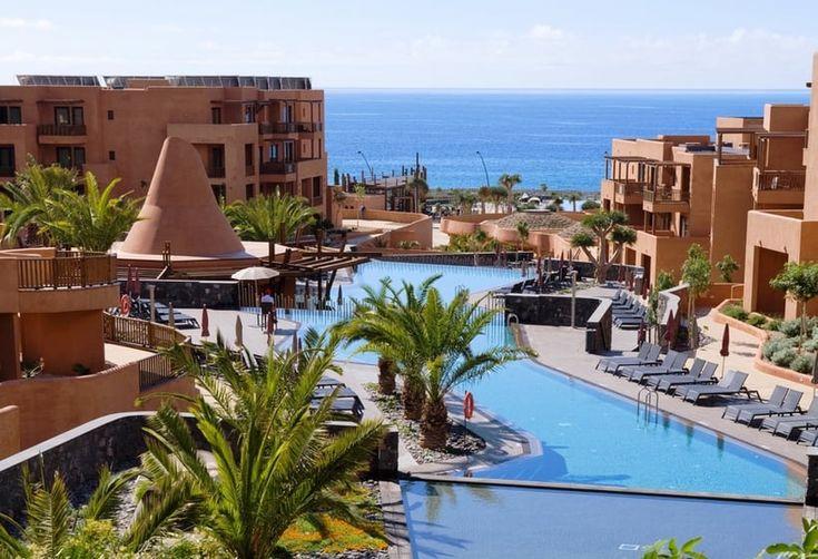 Hotel Sandos San Blas Nature Resort & Golf - Todo Incluido ★★★★★ en San Miguel de Abona / Tenerife. El hotel ofrece régimen de todo incluido en alojamientos de lujo que ofrecen magníficas vistas al mar. Dispone de 8 piscinas, gimnasio, terraza, un pequeño spa con baños turcos (con suplemento), programa de animación nocturna, restaurantes, 4 bares (uno de ellos junto a la piscina), atractivos jardines, pistas de tenis y de voleybol. También cuenta con un fácil acceso a una reserva natural de…