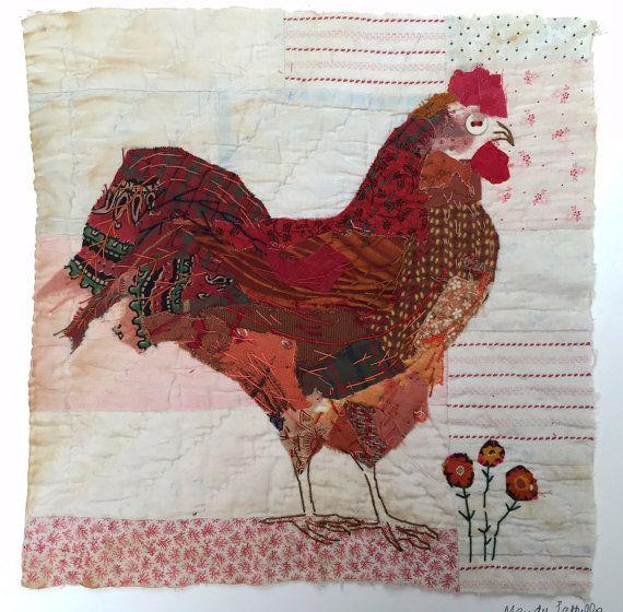 Unframed opgestikte en met de hand geborduurde kip op zeer oude quilt fragment