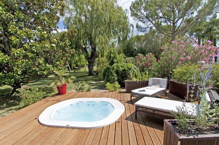 Jacuzzi® Sienna Experience encastré dans une terrasse en bois au