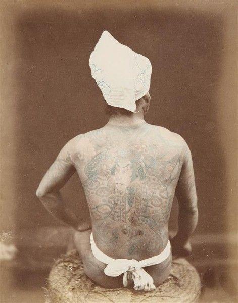 ANONYME HOMME JAPONAIS TATOUÉ DE DOS, C.1880 Tirage albuminé d'époque coloré à la main 25,6 x 20,2cm http://www.tajan.com/fr/asp/fullCatalogue.asp?salelot=1513++++++20+&refno=++476340&saletype=