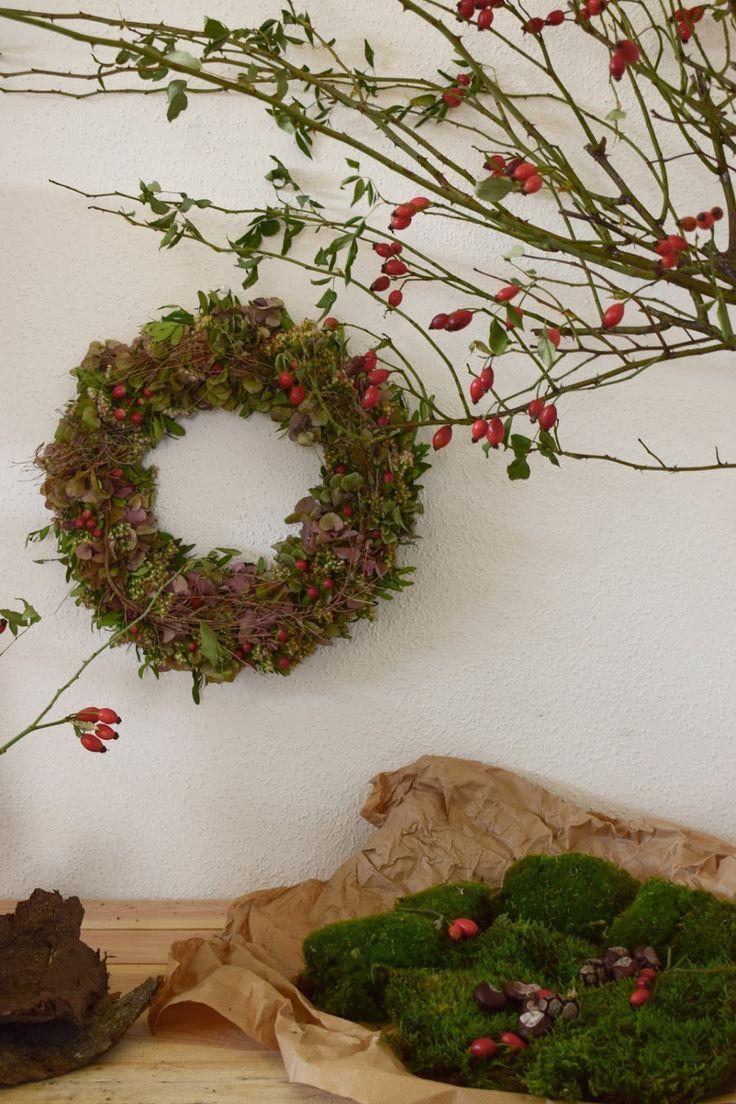 Couronne d'automne. Idée déco pour l'automne avec églantier, hortensias et graisses de poule …   – Deko für den Herbst