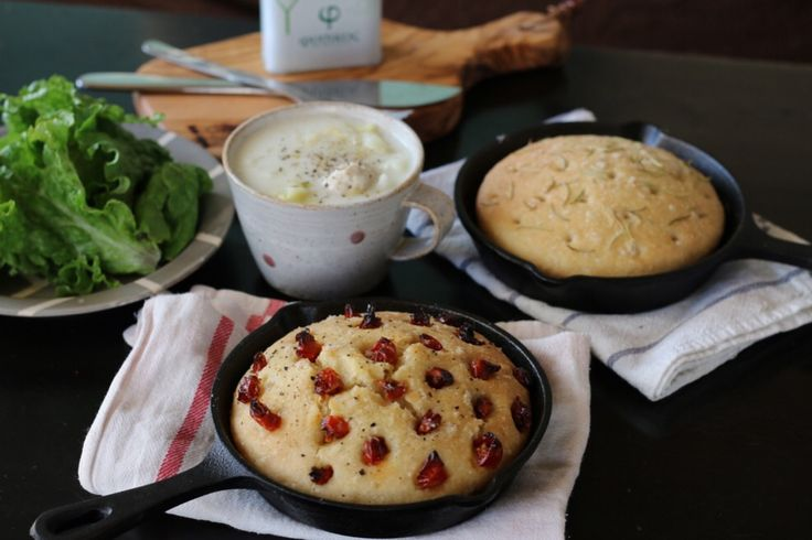 寒い時期には温かい煮込み料理をつくる機会も増えますよね。 温かいシチューやスープのサイドダッシュにピッタリな美味しいフォカッチャをご紹介します。  スーパーやコンビニで買えるパンは添加物まみれ?! 例え食パンやバゲットなどのシンプルなパンでも後ろの表示には添加物がズラリ…  添加物が少ないパンでも、小麦粉とは一体どこのもの?農薬は?遺伝子組み換え小麦では? と安心して食べられるパンって少ないのが現状… 夕食に合わせるテーブルパンが欲しいけど、これじゃ手が出ない… でもパンを焼くのは長い時間捏ねたり、台に叩きつけたり、そんな時間や労力をかけたくない。 そう思いますよね。  でも、スプーンで混ぜるだけで生地が完成しちゃうとしたら? お家で焼けば焼きたてアツアツをすぐに食べられますよ。 イタリアではとてもメジャーなパンで、材料も作り方もとってもシンプル! もちろん砂糖、乳製品、卵は必要なし。 シンプルだから粉とオリーブオイルの美味しさが際立ちます。  捏ねない、放ったらかしでも美味しいフォカッチャの作り方 《材料・スキレット2つ分》 ◯国産有機強力粉 ・・・250g ◯岩塩…