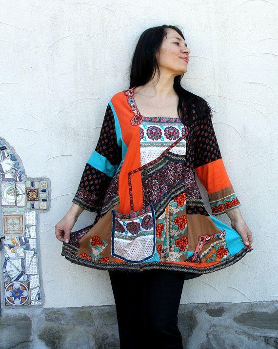 Super hippie boho Vestido de túnica de patchwork de la India con el bolsillo. Vestido muy decorada, bordada y colorida. Hecho de ropa reciclada. Rehecho, reutilizados y reciclados. Hippie boho folk bohemio del estilo. Diseño único. Uno de los tipos. Tamaño: XL-XXL muy grande (europeo 42-46) modelo es talla M. Busto de línea máximo 50 pulgadas (128 cm) Máximo 53 pulgadas (135 cm) de la línea de caderas Longitud es incluso aproximadamente 31-33 pulgadas (79-82 cm) ¡Lavado a mano!!!!!! En agua…