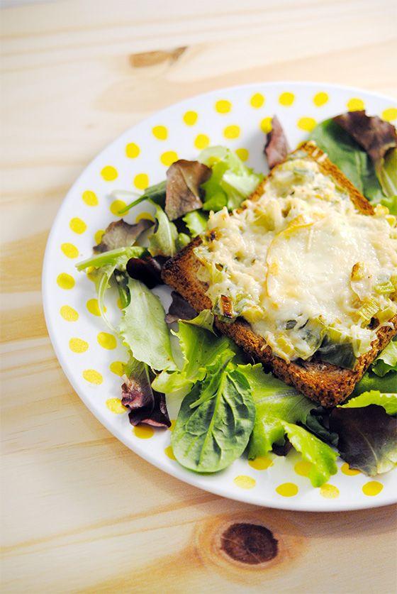 Fondue de poireaux en tartine gratinée (pour 2 personnes) : 4 tranches de pain de mie complet, 2 poireaux, 20cl de crème fraîche liquide, 1 oignon, de l'huile d'olive, du fromage râpé, 2 tranches de reblochon ou 1 tranche de jambon sec, salade, sel et poivre