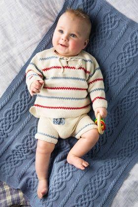Husker du Pippi Langstrømpes traditionelle stortrøje med striber i blå og rød? Strik et skønt bomuldssæt med bukser og bluse til de mindste