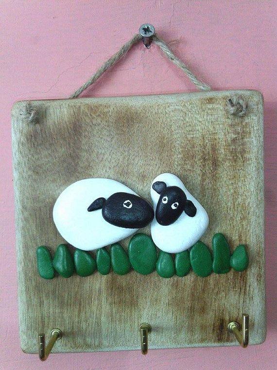 Cute moutons dans la Prairie, prêt à accrocher à vos clés. Fabriqué à partir de galets gallois, peint à lacrylique et mis sur un morceau de palette recyclé avec crochets de suspension et laiton de Jute. (Env. 4.5 x 4)