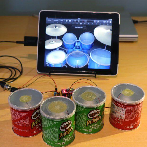 Proyecto Arduino en el que su autor convierte unos botes de patatas Pringles en una orquesta de baterías con una placa Arduino Micro