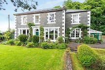 House in Moffat, United Kingdom. Seven en suite bedrooms, gym, games room and ample space for large celebrations. Set in a quiet and stunning country location yet  5 minutes walking distance to the village. Edinburgh and Glasgow within an hours drive.  ***NEW***   Hot tub hire no...