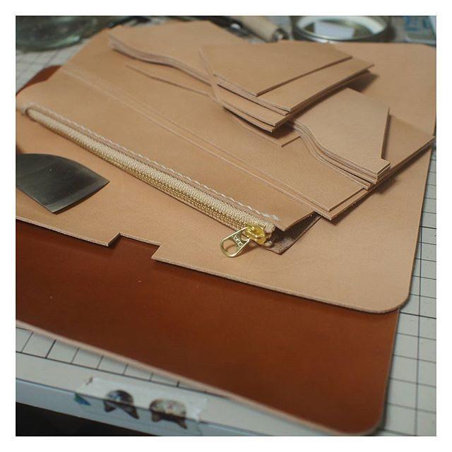 . なんにしても、準備は大事🐥 . #ハンドメイド#レザークラフト#手縫い#革#レザー#コードバン#栃木レザー#財布#ウォレット#leathercraft#leatherwork #handmade#leather#wallet#cordovan