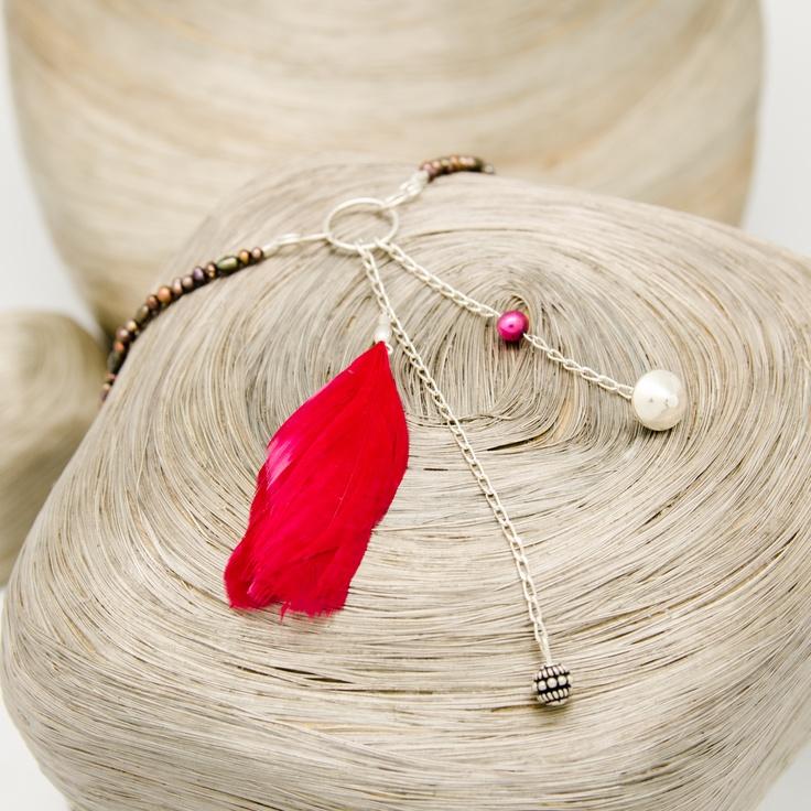 Collier de Perles, Dos-Nu avec Pendants en argent et Plumes cerises / vue 2