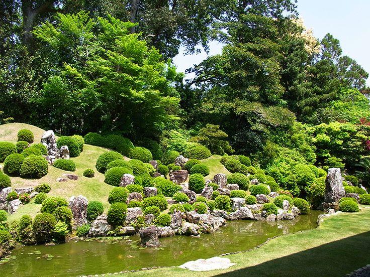 小堀遠州作:龍潭寺庭園。池の手前にあるのが礼拝石。 石にもそれぞれ意味があります。
