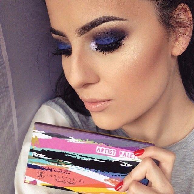 Love the blue with the nude lip @crazylinebymarijakrivic  EYES:  #ArtistPalette shadow ✨Crease: orange you fancy, blue velvet, coal, unicorn ✨Lid: unicorn  #anastasiabeverlyhills #anastasiabrows