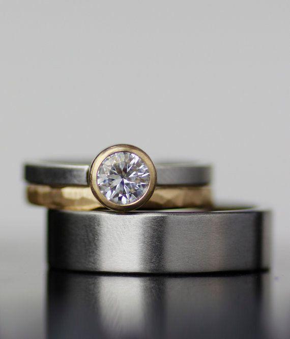 Gemischte Metalle Moinssanite Ehering Set - Konflikt kostenlos moissanite Dieses Angebot ist für alle drei Ringe-set Minimalistisches, modernes, zeitloses Design. Diese Ringe Geschlecht zu trotzen und geben Ihnen eine schöne Alternative zu den Ringen sehen jeden Tag. Eine beeindruckende Alternative zu den traditionellen Diamant Fels verleiht dieser 6 mm Moissanite Solitär den Glanz des Diamanten zu einem Bruchteil der Kosten. (Ein echter Diamant kann ersetzt werden. Bitte kontaktieren Sie…