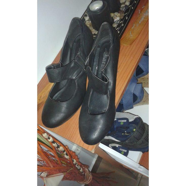 Zapatos de tacón bajo talla 38 en negro para aquellos fetichistas de los zapatos usados