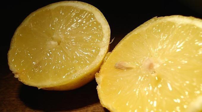 La plupart des gens connaissent les bienfaits traditionnels du citron. Le jus de citron pressé soulage les maux de gorge et agrémente les plats d'un goût d'agrume. Mais la diversité d&rsquo