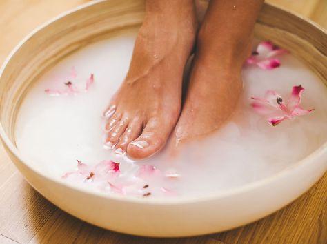 Ob bei Erkältung, Fußpilz oder um Hornhaut zu bekämpfen: Fußbäder sind ein wirksames Mittel für rundum schöne Füße. Wir zeigen drei Bäder zum Selbermachen.