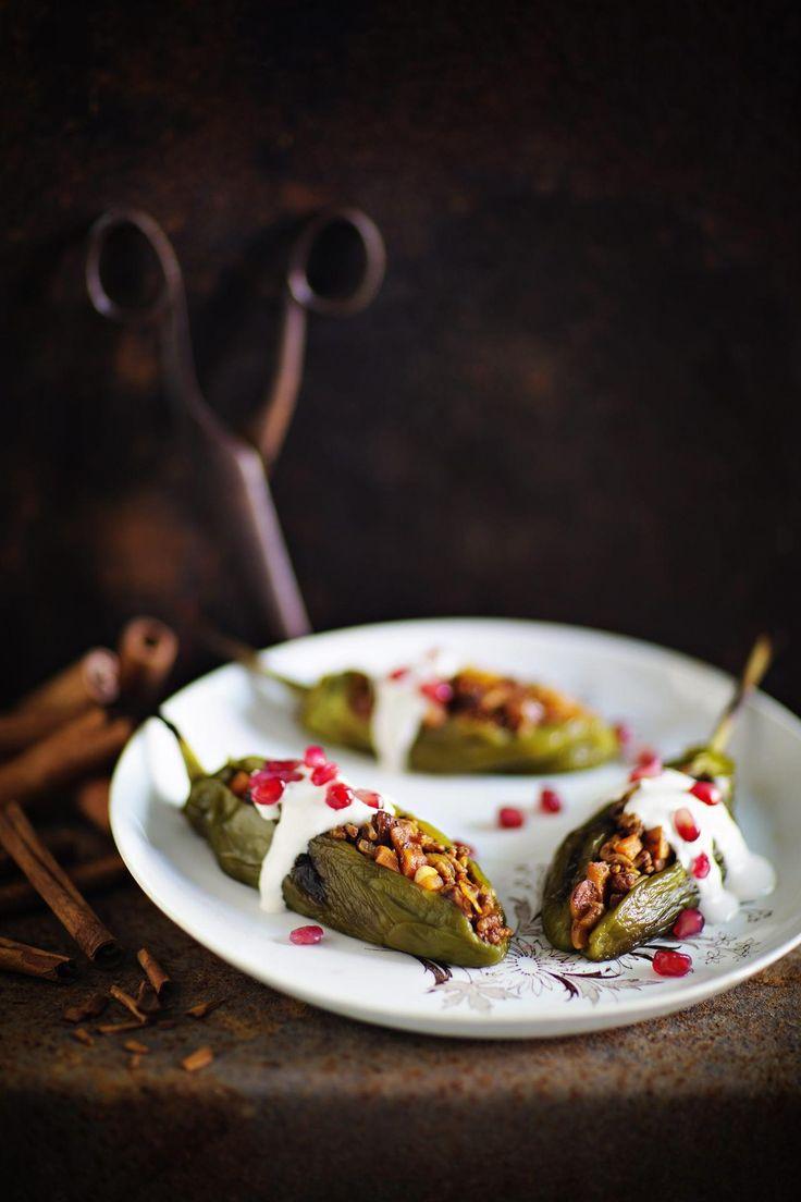 Meksikolaiset valmistavat kansallisruokanaan Chiles en Nogadaa, täytettyjä poblanochilejä saksanpähkinäkastikkeessa. Makumaailmaa sävyttävät kaneli ja neilikka, jotka sointuvat possunlihan, omenan ja rusinoiden hivenen makeaan yhdistelmään.