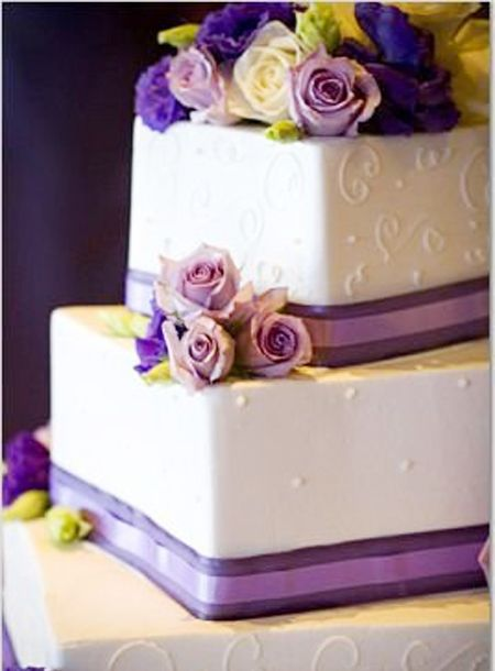 Soooo pretty. If only the ribbon & flowers were edible. Idk... i have a thing about my wedding cake having to have everything be edible on it.