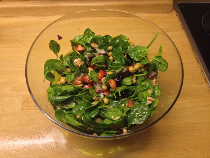 Spinach salad with tuna and chickpie, cherry tomato, red onion and black olives.  Dressing: vinegar, olive oil and honey, salt and pepper