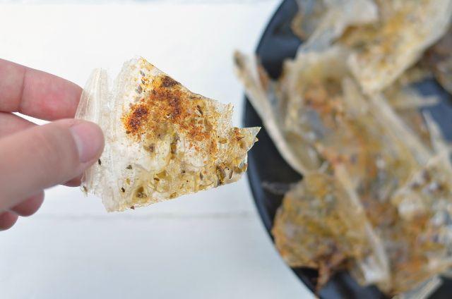 """Hoy, por fin, os traigo una receta. Son unas """"cortezas"""" que vi en el blog El Perro Gamberro, y que están hechas con las obleas de papel de arroz que se usan para los rollitos vietnamita…"""