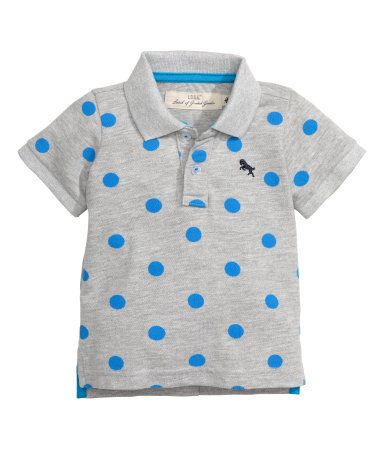 Short-sleeved polo shirt in cotton-blend piqué. Ribbed collar, button placket, embroidered detail on chest, narrow ribbing at cuffs, and short slits at sides.