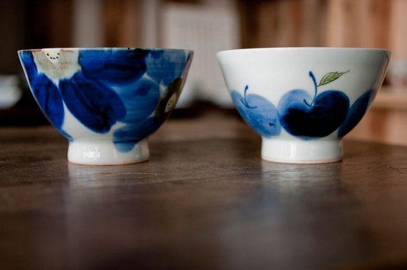 波佐見焼敏彩窯くらわんか碗 左:藍花 右:りんご