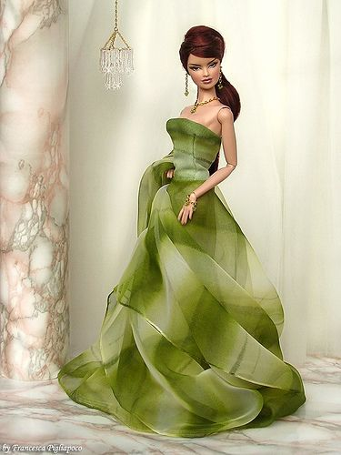I can't tell if this is a barbie or a lookalike, but whatever, I LOVE this dress!