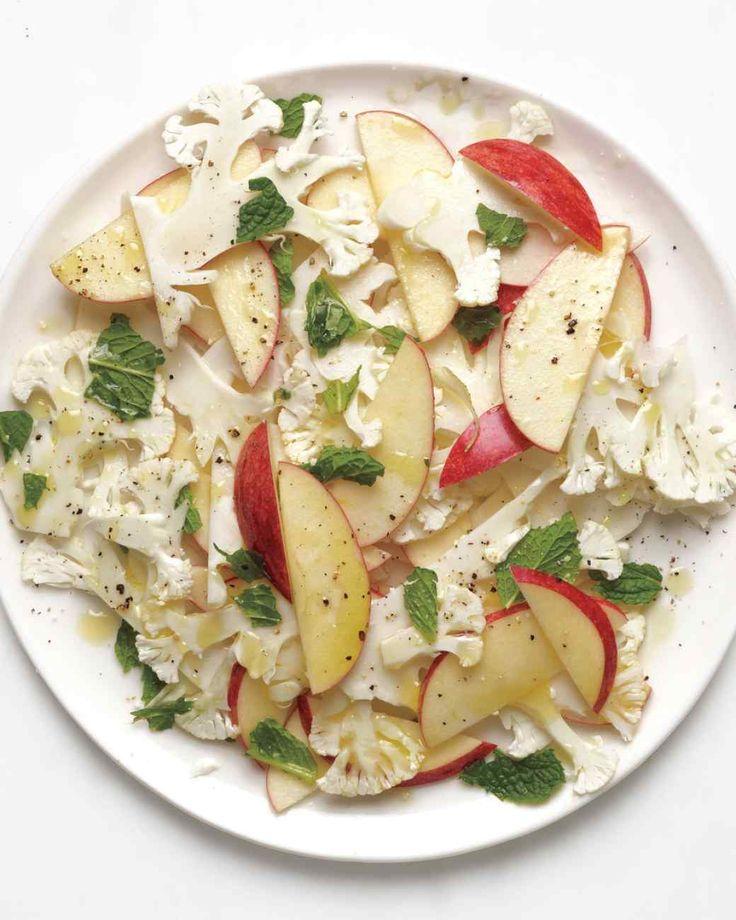 カリフラワー・アンド・アップルサラダ  材料 エキストラバージンオリーブオイル 大さじ2 酢 大さじ2 塩コショウ 少々 カリフラワー りんご 薄切り ミント 適量  作り方 大きなボウルに、オリーブオイルと酢を入れ混ぜる。混ぜたら塩コショウを少々加え味を調える。カリフラワーをとリンゴを薄くスライスし、お皿に並べ、先ほど作ったドレッシングをかけた後ミントの葉を散りばめたら完成。
